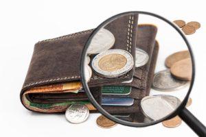 ארנק עם מטבעות עליו דרך זכוכית מגדלת